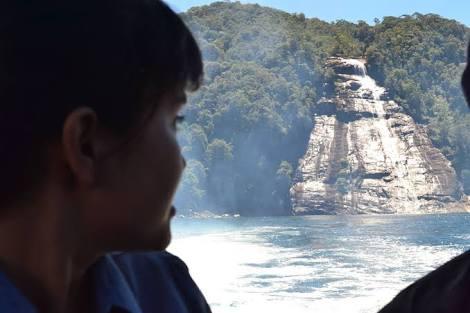 Foto: Dame Ambarita Putri Tapteng menoleh ke arah air terjun Mursala, air terjun tawar yang langsung jatuh ke laut. Konon di pulau inilah Putri Runduk melawan Raja Janggi yang ingin mempersuntingnya dengan paksa.